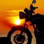 若い頃の友人とのバイク旅行は絆を深めます。